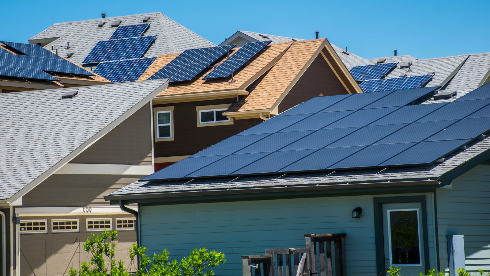 WEB_AME_Solar-Roofs_Homepage-Background_Roschetzky-Photography-via-shutterstock